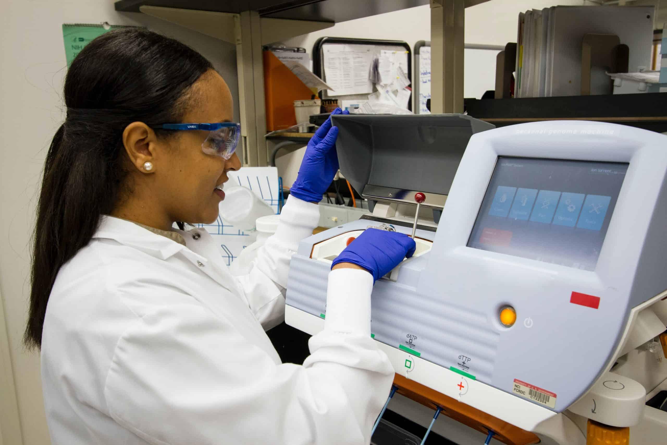 Photo laborantin qui utilise une machine de laboratoire